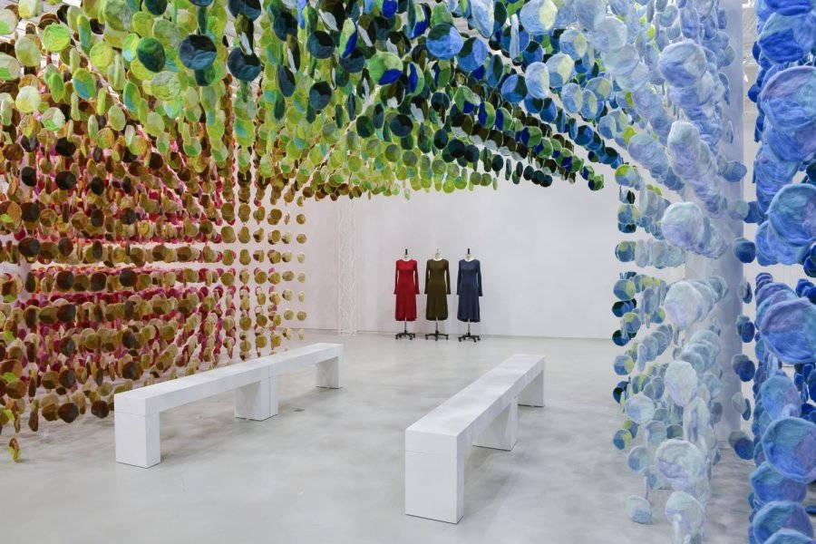 installazione artistica di emmanuelle moureaux uniqlo colors knit