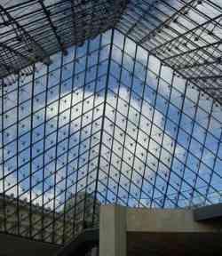 Parigi - Interno della Piramide del Louvre