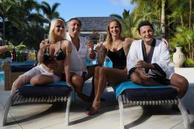 Enrico Brignano e il cast di Estate ai Caraibi