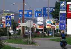 Invasione di cartelli stradali