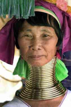 Donna col collo allungato