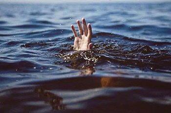 ragazzo che annega