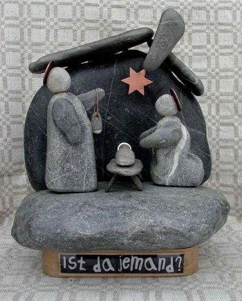 Presepio con statue di sassi