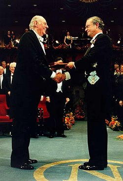 Dario Fo riceve il premio Nobel