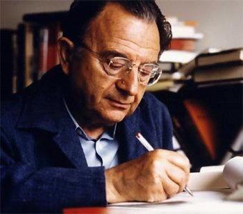Erich Fromm alla scrivania