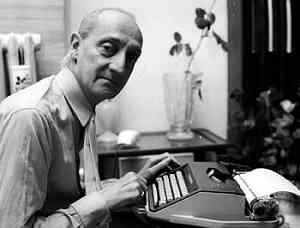 Foto di Giorgio Scerbanenco alla macchina per scrivere