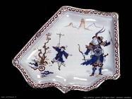 Disco con figure cinesi in ceramica