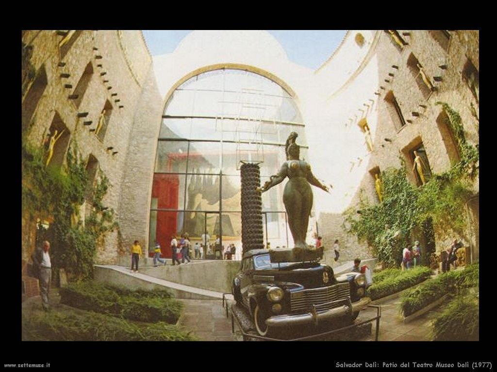 Salvador Dalì_patio_del_teatro_museo_dalì