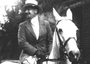 Gabriele D'Annunzio a cavallo