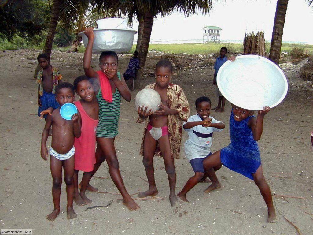foto bambini e neonati per sfondi 033.jpg bambini in un villaggio africa