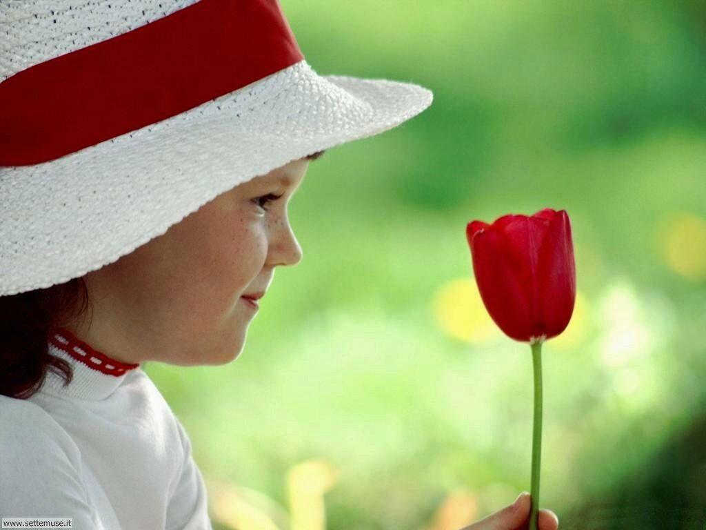 foto bambini e neonati per sfondi 048.jpg bambina con fiore