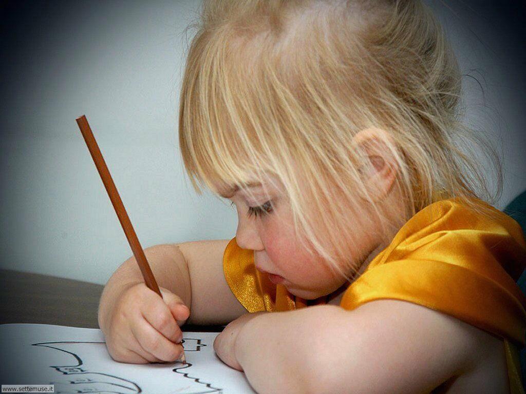 foto bambini e neonati per sfondi 053.jpg bambina che scrive