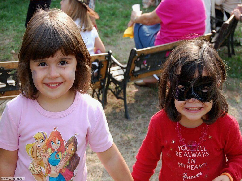foto bambini e neonati per sfondi 064.jpg bimba in maschera