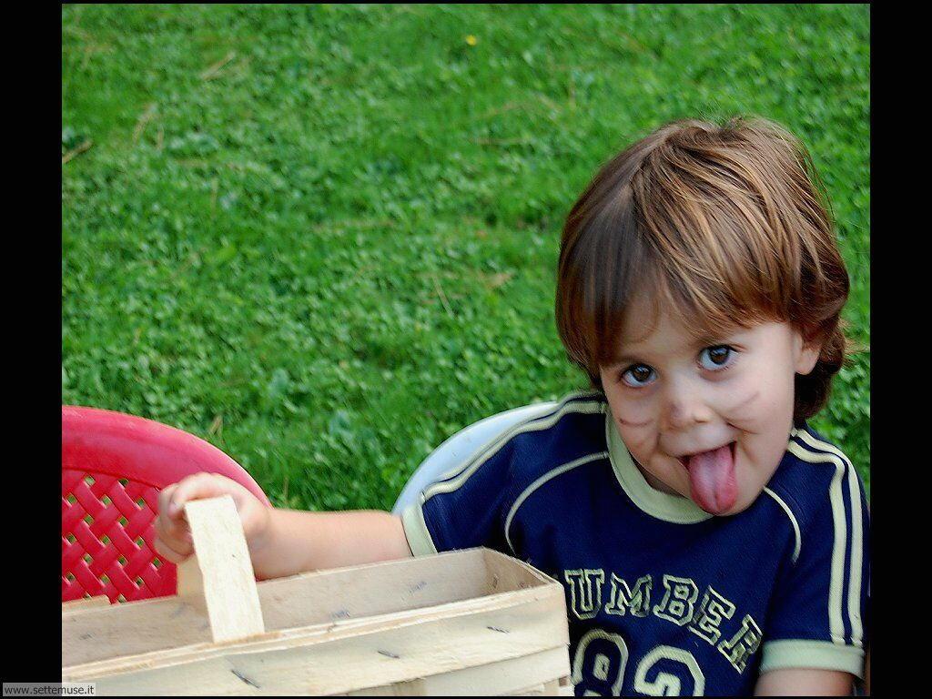 foto bambini e neonati per sfondi 065.jpg bimbo che tira fuori la lingua