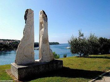 Pjescana Uvala - Monumento sulla costa