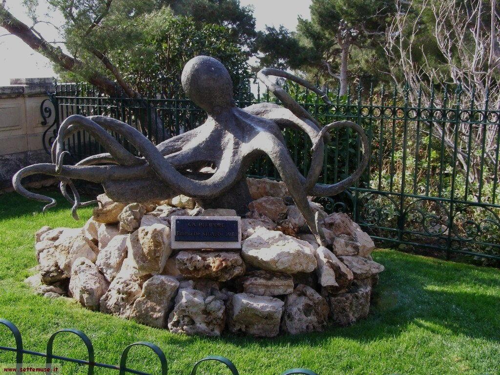 Una statua nei giardini del Principato di Monaco