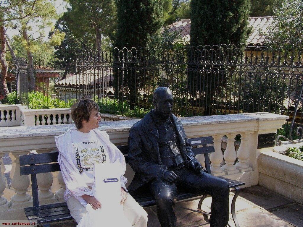 Una statua seduta nei giardini