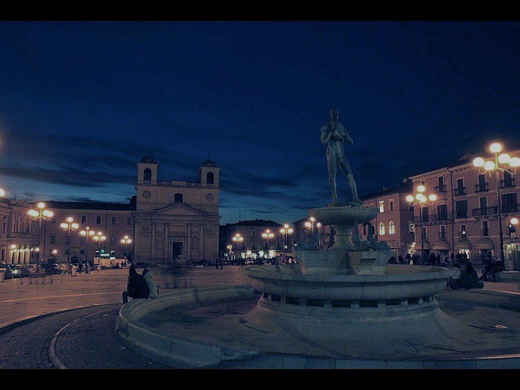 Immagine l'Aquila di notte