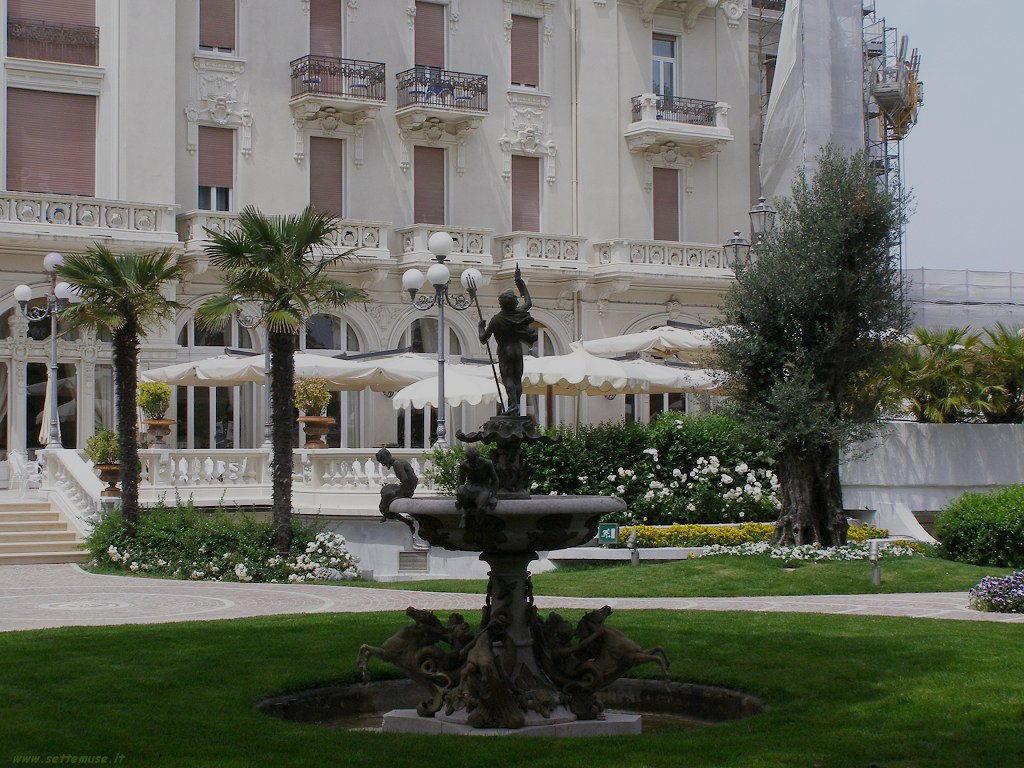 rimini grand hotel ingresso e giardino