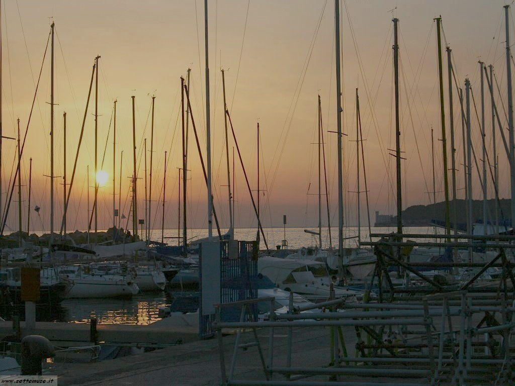 Trieste tramonto su castello miramare