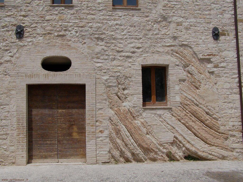 Una casa tra le rocce a Genga
