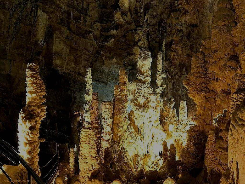 Stalattiti e stalagmiti nella grotta di Frasassi