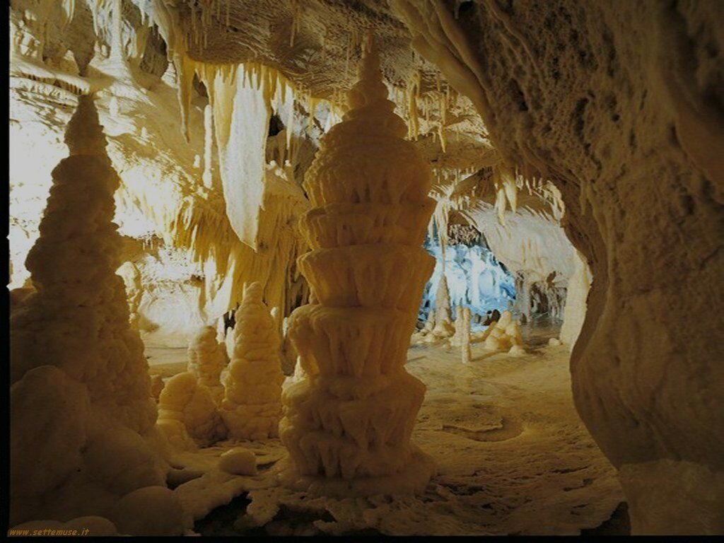 Stalattiti e stalagmiti dentro le grotte di Frasassi