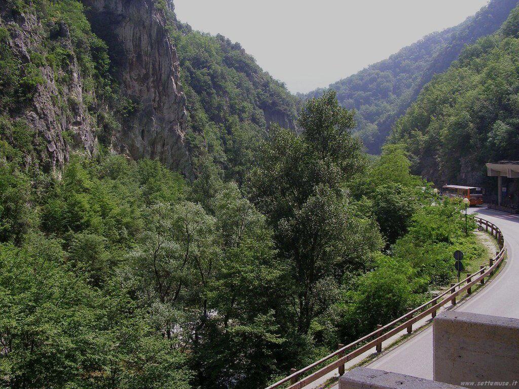 Strada per la visita alle Grotte di Frasassi