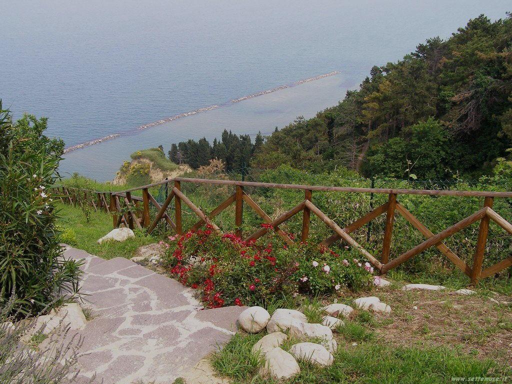 Sentiero per la spiaggia Fiorenzuola di Focara