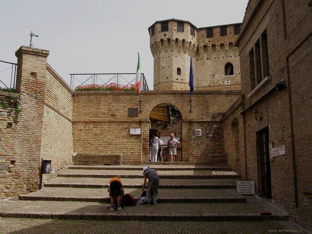Foto del Castello di Gradara, scalinata