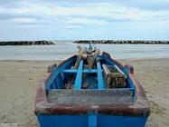 Barca da pesca sulla spiaggia di Marotta