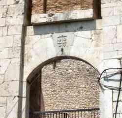 Campobasso - Portale con stemma dei Monforte