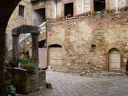 San Quirico D'Orcia interno delle mura
