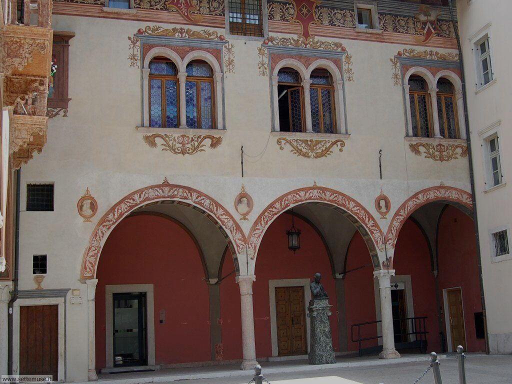 Facciate e portici in piazza Rosmini