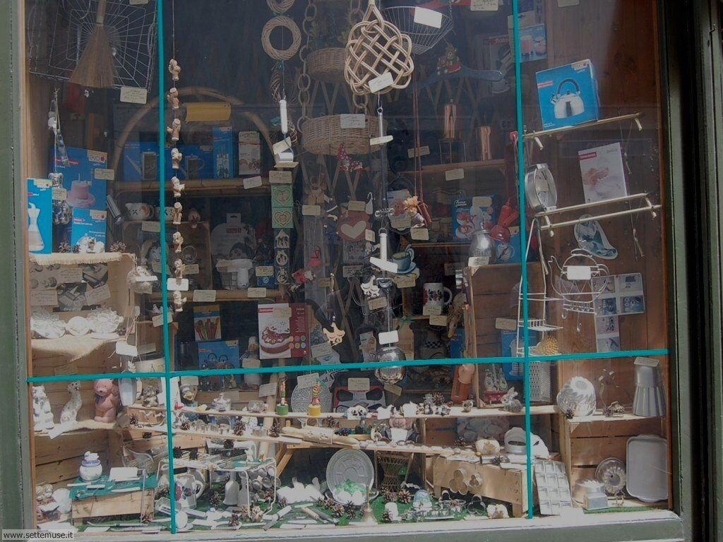 Vetrina di oggetti vintage a Rovereto centro città