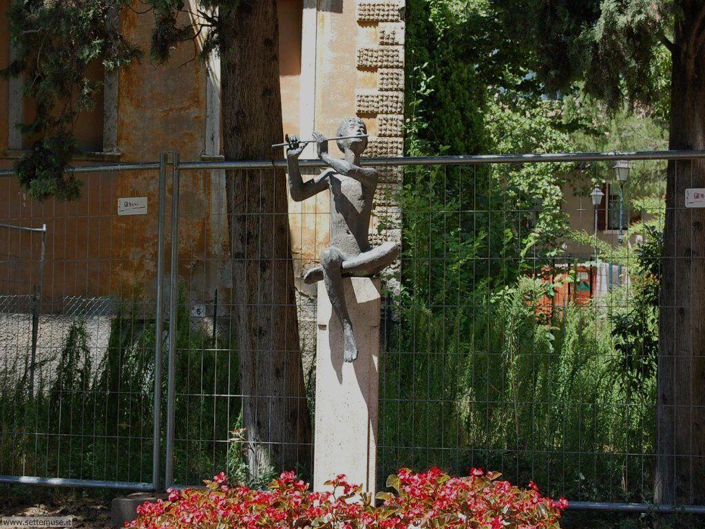 Statua in bronzo con pifferaio