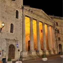 Assisi - Tempio di Minerva foto notturna