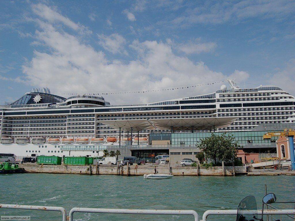Porto con maxi nave da crociera 041