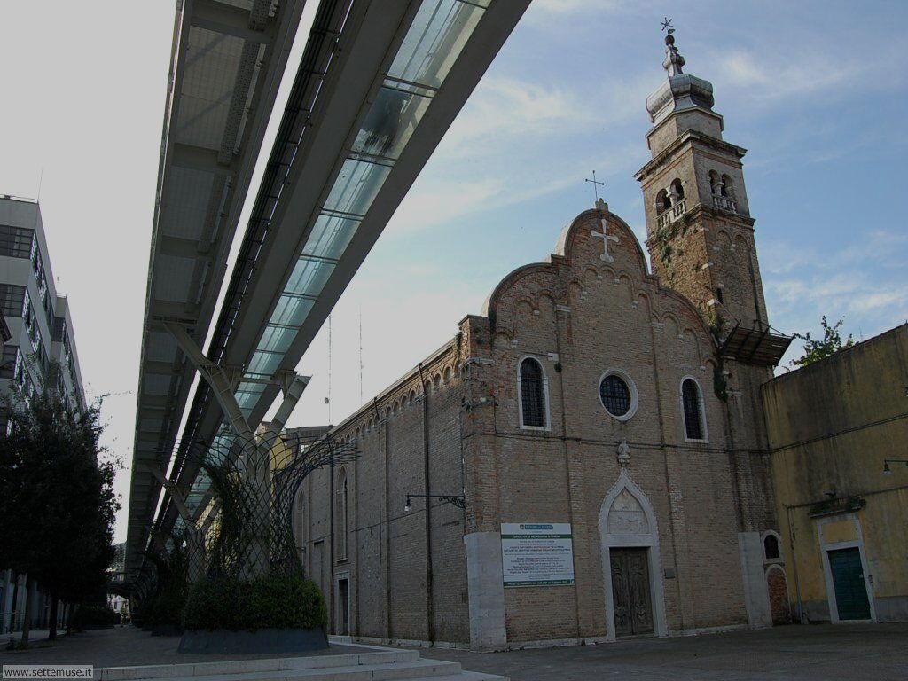 Chiesa santa Eufemia con ponte del people mover 765
