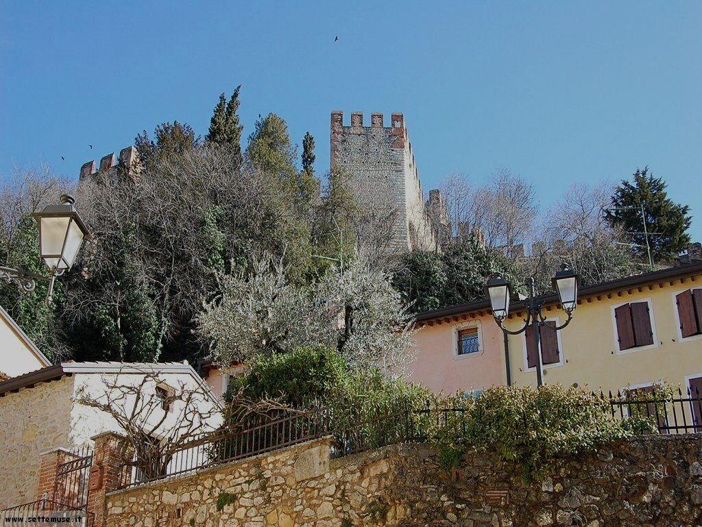 ../foto_sfondi_italia/VR_soave.Passeggiata verso il Castello