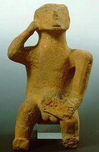 Figura Neolitica di Idolo Clay che rappresenta un uomo seduto itifallico, che si trova in Tessaglia. 4.500-3.200 a.C.