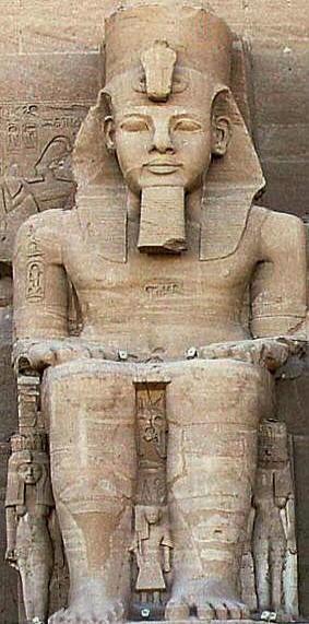 Il faraone Ramses II, seduto, con barba rituale e corona