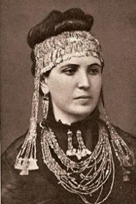 Tesoro di Priamo indossato da Sophia Schliemann