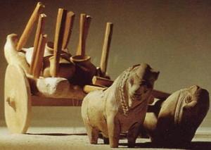 Scultura in ceramica di un piccolo carretto con vasi e attrezzi trainati dai buoi, da Mohenjo-daro